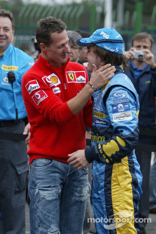 Передача титулу: Міхаель Шумахер вітає чемпіона світу Фернандо Алонсо