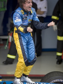 El Campeón del Mundo 2005, Fernando Alonso, celebra