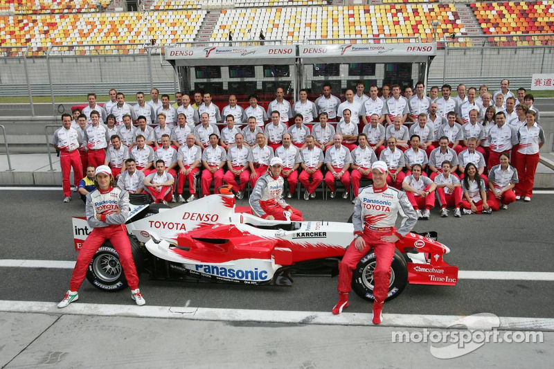Toyota photoshoot: Jarno Trulli, Ralf Schumacher and Ricardo Zonta pose with Toyota team members
