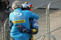 Fernando Alonso, vainqueur, célèbre sa victoire avec Flavio Briatore