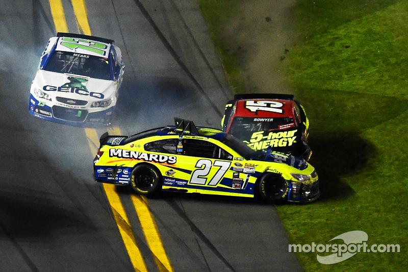 Пол Менард, Річард Чілдресс Racing Chevrolet та Клінт Бойєр, Michael Waltrip Racing Toyota crash