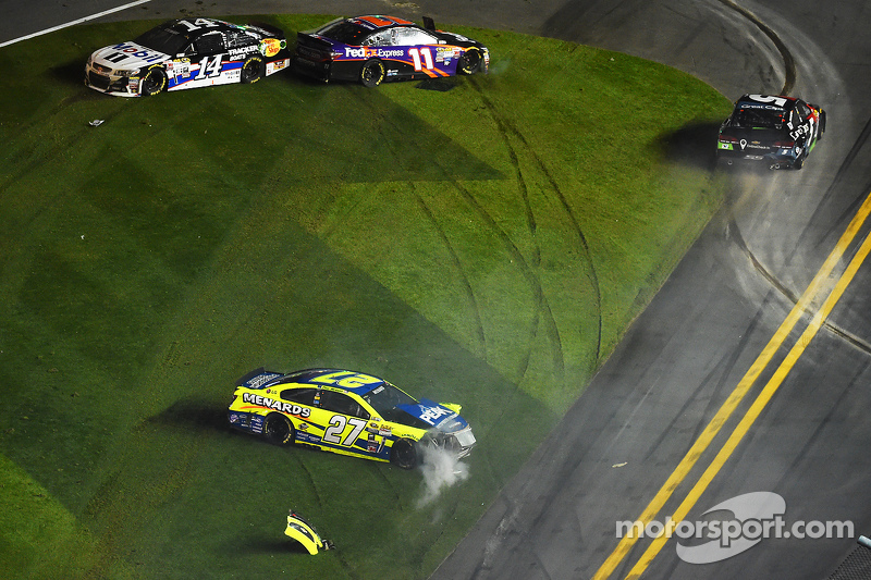 Paul Menard, Richard Childress Racing Chevrolet, Kasey Kahne, Hendrick Motorsports Chevrolet, Tony Stewart, Stewart-Haas Chevrolet and Denny Hamlin, Joe Gibbs Racing Toyota crash