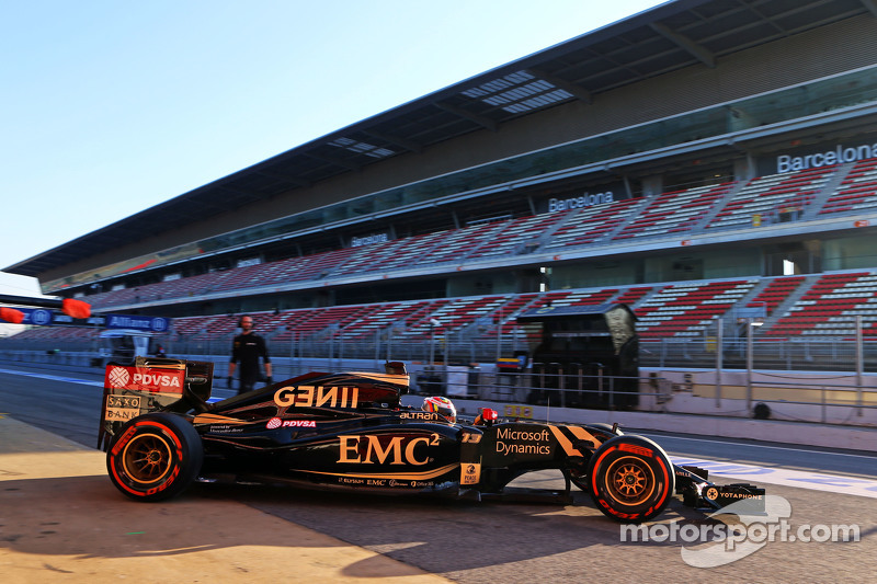 Pastor Maldonado, Lotus F1 E23 leaves the pits