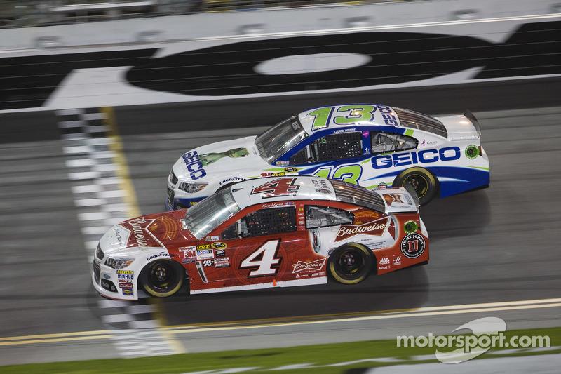 Kevin Harvick, Stewart-Haas Racing, Chevrolet, und Casey Mears, Germain Racing, Chevrolet