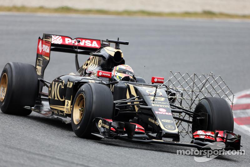Pastor Maldonado, Lotus F1 E23, fährt mit Messgeräten am Auto