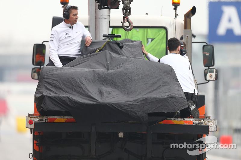 Der McLaren MP4-30 von Jenson Button, McLaren, wird per Lastwagen zurück in die Box gebracht