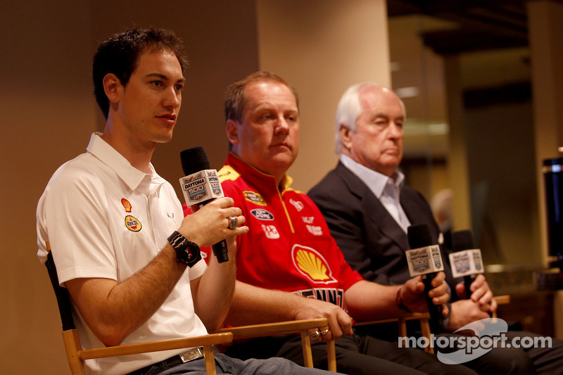 Roger Penske, Joey Logano und Crew-Chief Todd Gordon, Team Penske, Ford