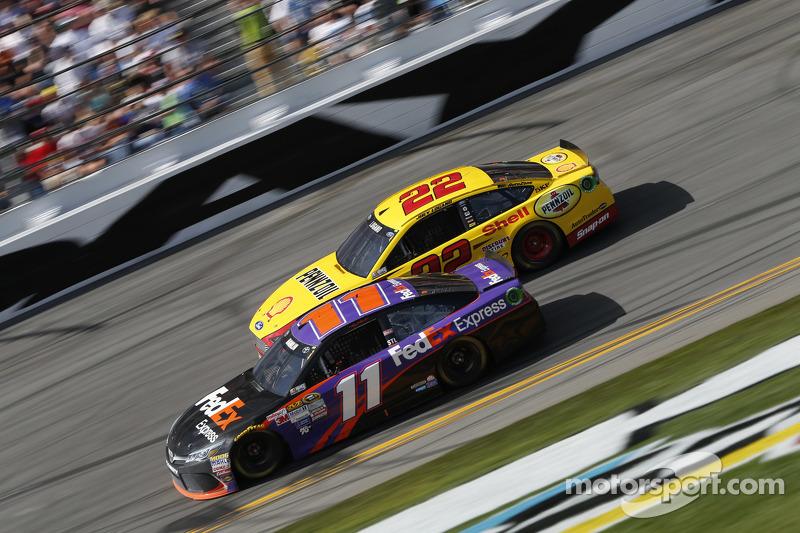 Denny Hamlin, Joe Gibbs Racing, Toyota, und Joey Logano, Team Penske, Ford