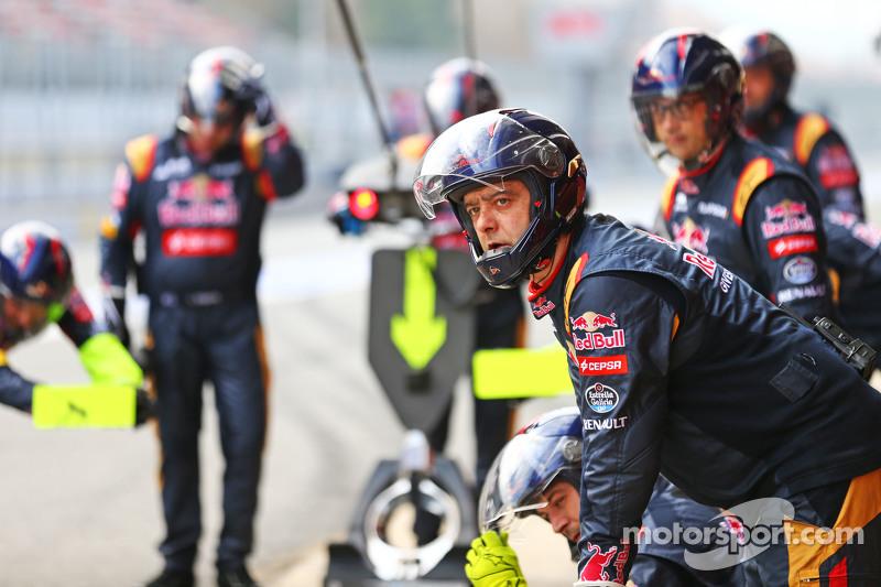 Scuderia Toro Rosso practice a pit stop
