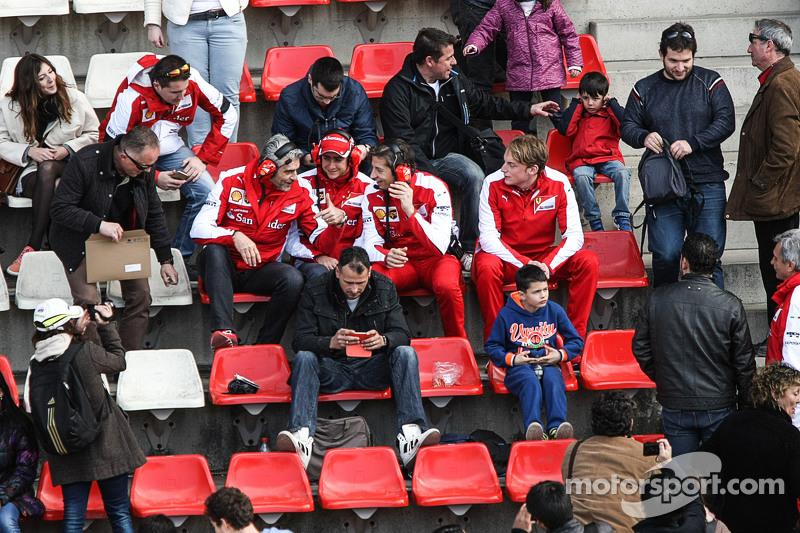 (从左到右)马里奇奥·阿德里巴贝内,法拉利领队;艾斯塔班·古铁雷斯,法拉利试车手和马西莫·里沃拉,法拉利运动总监和车迷一起在主看台上
