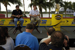 Miami press conference: 2005 championship contenders Tony Stewart and Carl Edwards talk to members of the press