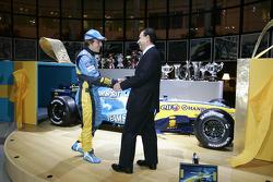 Carlos Ghosn, presidente de Renault y Fernando Alonso con el Renault R25