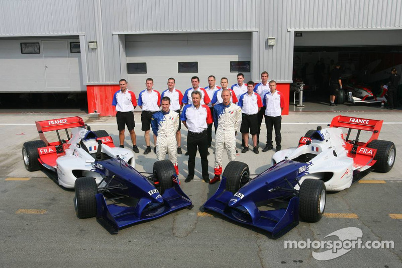Photoshoot: Nicolas Lapierre and Alexandre Premat pose with A1 Team France crew members