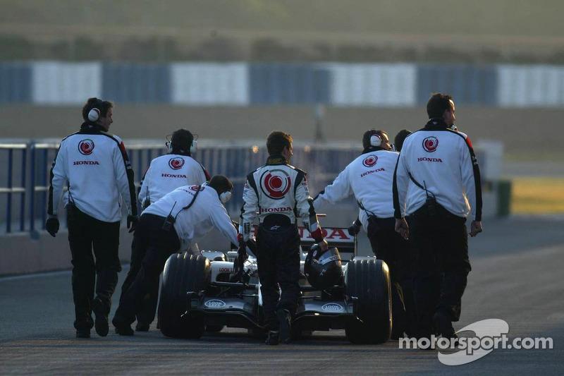 Anthony Davidson walks back to pits