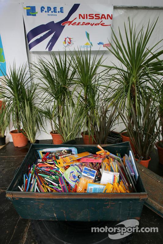 Présentation publique de l'équipe Nissan à Dessoude: les crayons pour la séance d'autographes