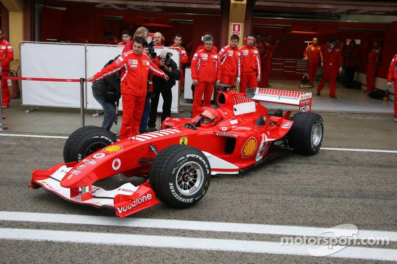 Valentino Rossi mengemudikan Ferrari F2004 spesifikasi mesin V10 di Valencia pada 2006