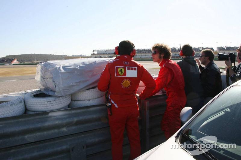 Valentino Rossi menonton aksi tes