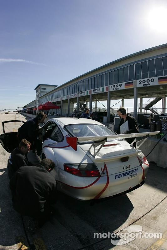 Les membres de l'équipe Farnbacher Racing au travail