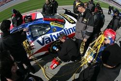 Valvoline Dodge crew member checks tire pressure