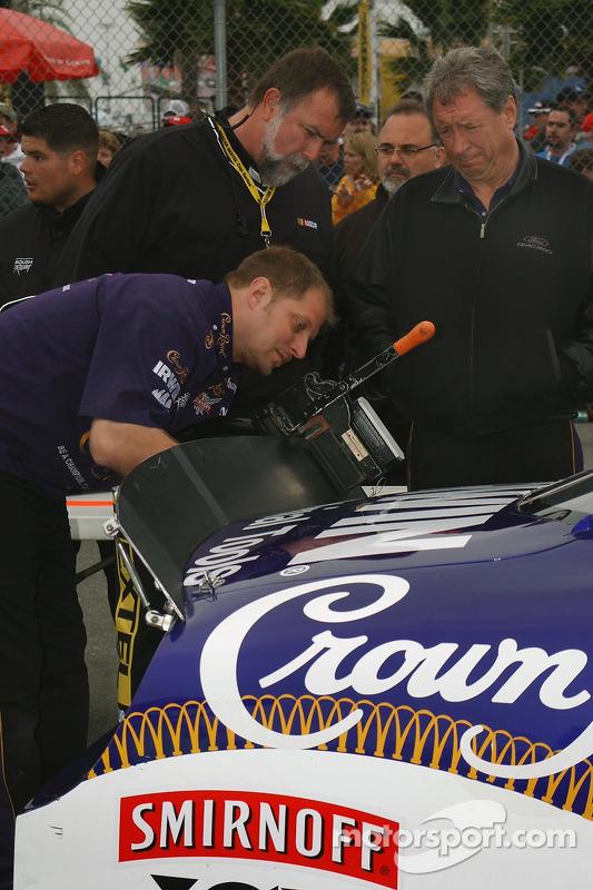 La voiture NASCAR de Jamie McMurray inspectée