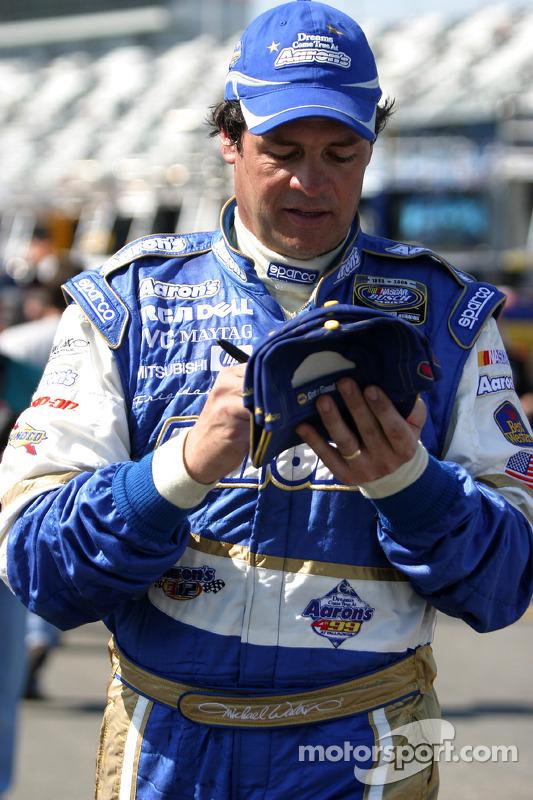 Michael Waltrip signe des autographes