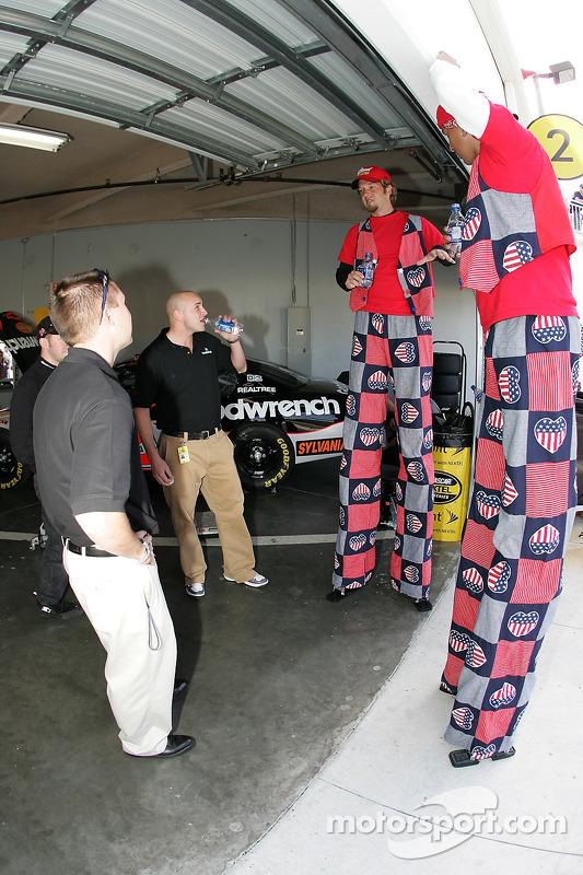 De grands visiteurs au garage GM Goodwrench Chevy