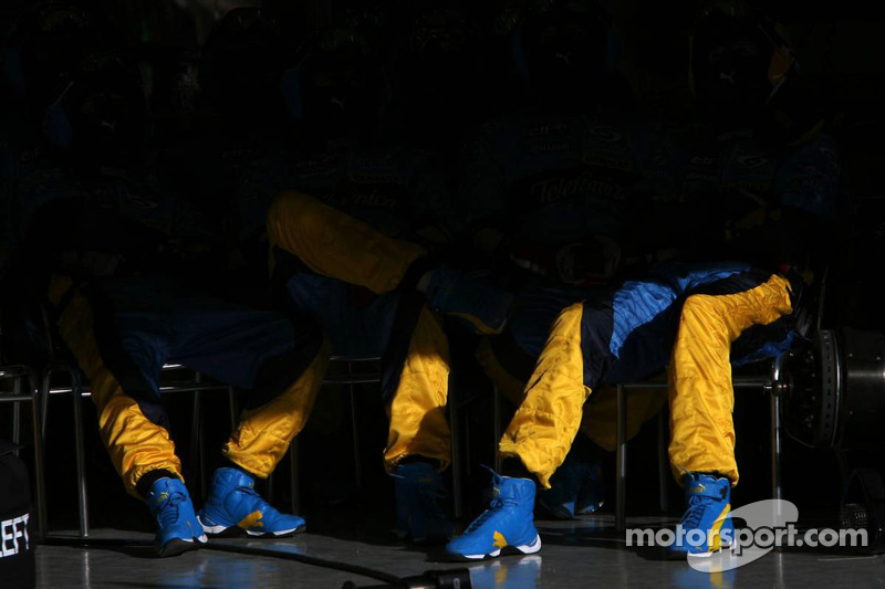 Renault F1 team members wait for next pitstop