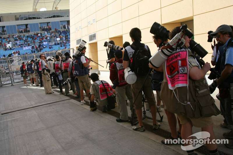 Detrás de la escena: línea de fotógrafos para el podio