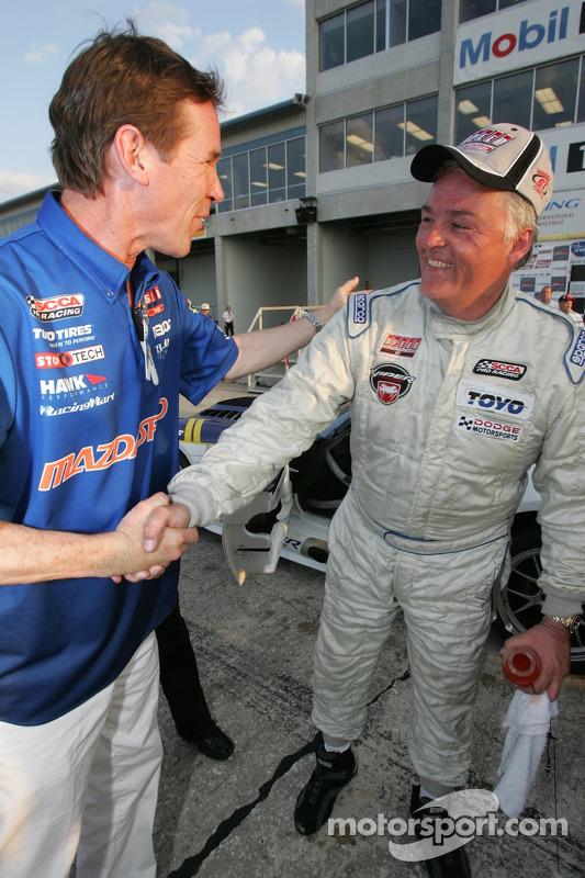 Le vainqueur Mike McCann félicité par Randy Pobst