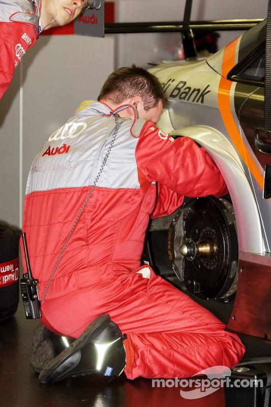 Mécanicien au travail à l'arrière de la voiture Audi