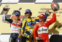 Podio: ganador de la carrera Valentino Rossi, segundo lugar Nicky Hayden y tercer lugar Loris Capirossi