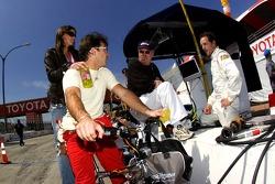 Oriol Servia talks with Robin Miller and Christiano da Matta