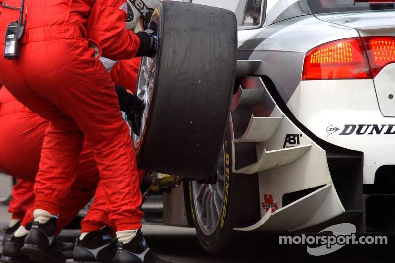 Mécaniciens Audi change un pneu de la voiture de Tom Kristensen pendant un arrêt au stand