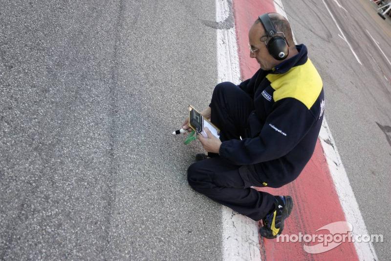 Ingénieurs Michelin prennent la température de la piste