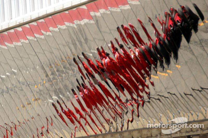 Mécaniciens Ferrari dans la ligne des stands