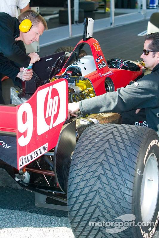 Mécaniciens RuSPORT travaillent sur la voiture #10 de AJ Almendinger