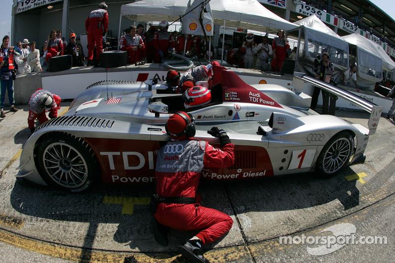 Arrêt au stand pour #1 Audi Sport North America Audi R10 TDI Power: Frank Biela, Emanuele Pirro, Marco Werner