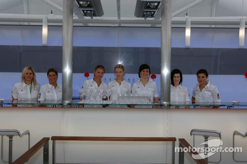 Le staff de BMW dans la zone d'hospitalité