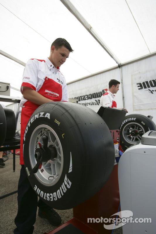 Les ingénieurs Bridgestone préparent les pneus