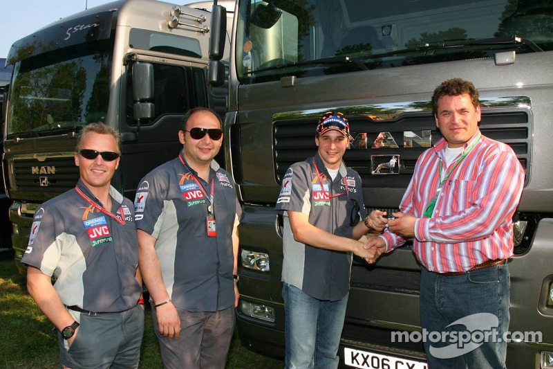 Johnny Herbert, le manager sportif de Midland F1 Racing Colin Kolles, Christijan Albers, Midland MF1 Racing et le directeur général de MAN Truck et Bert van Hasselt