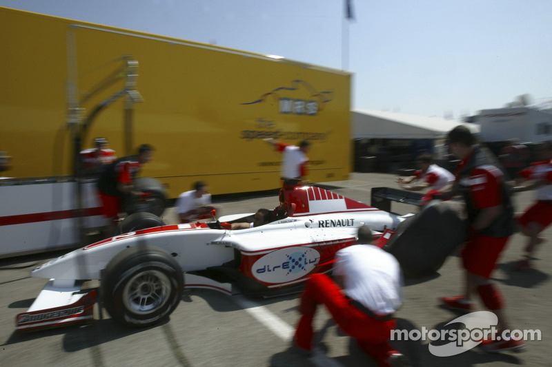 Lewis Hamilton et son équipe pratiquent des arrêts au stand dans le paddock