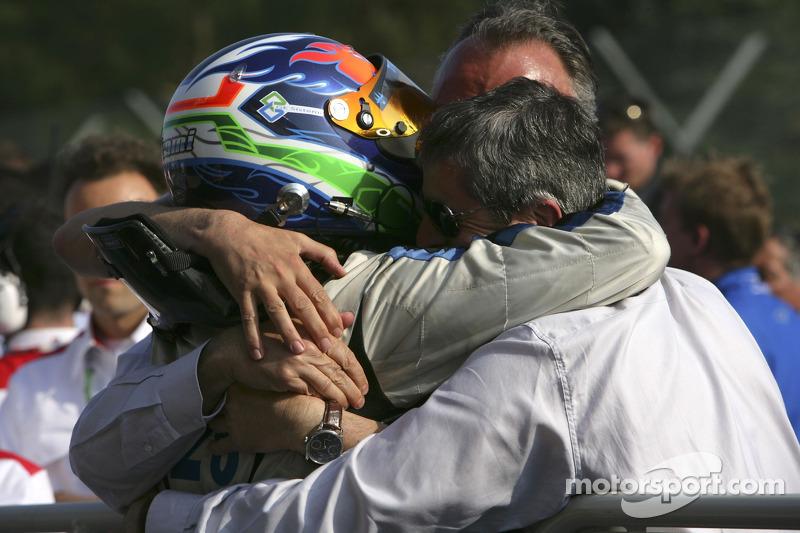 Gianmaria Bruni fête la victoire avec son équipe