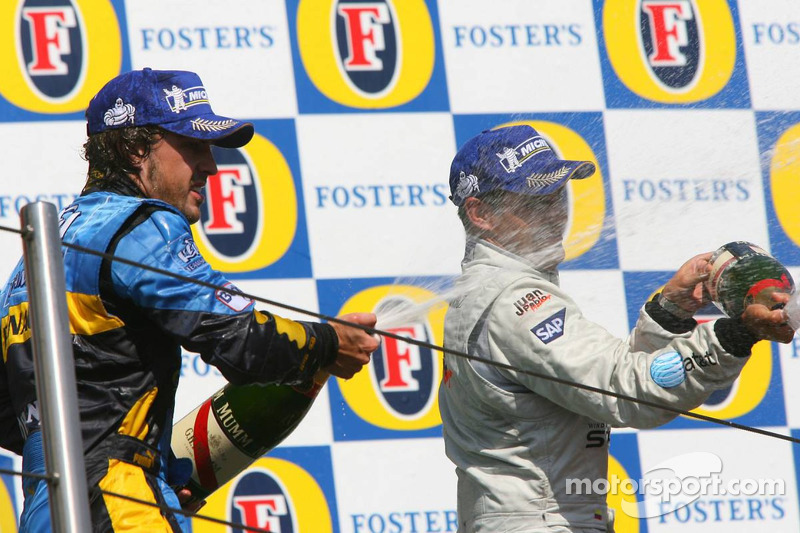 Podium: champagne pour Fernando Alonso et Juan Pablo Montoya