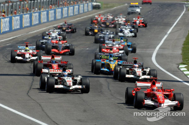 Salida: Michael Schumacher toma el liderato