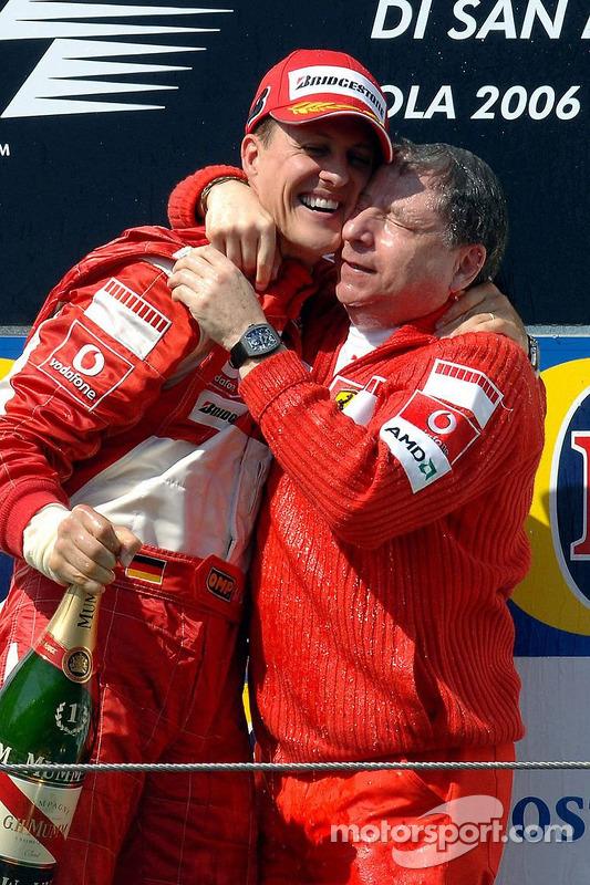 Podium: le vainqueur de course Michael Schumacher avec Jean Todt