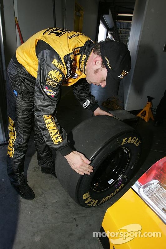 Matt Kenseth vérifie les pneus