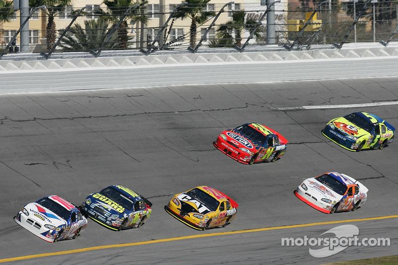Scott Riggs emmène un groupe de voitures