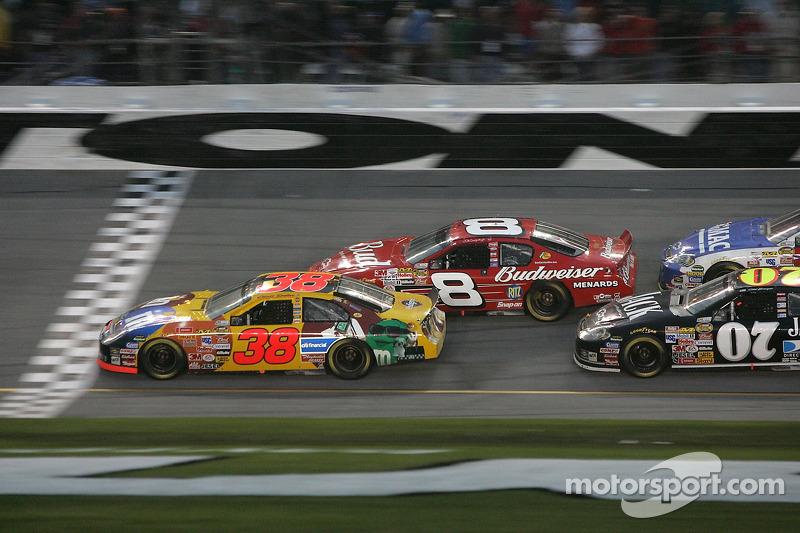 Elliott Sadler et Dale Earnhardt Jr.