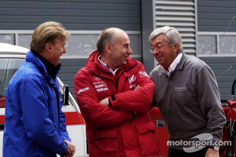 Conversation dans la ligne des stands: Günther Holzer, Team Principal de OPC Team Holzer; Peter Mücke, Team Owner Mücke Motorsport; Roland Bruynseraede, directeur de course de DTM