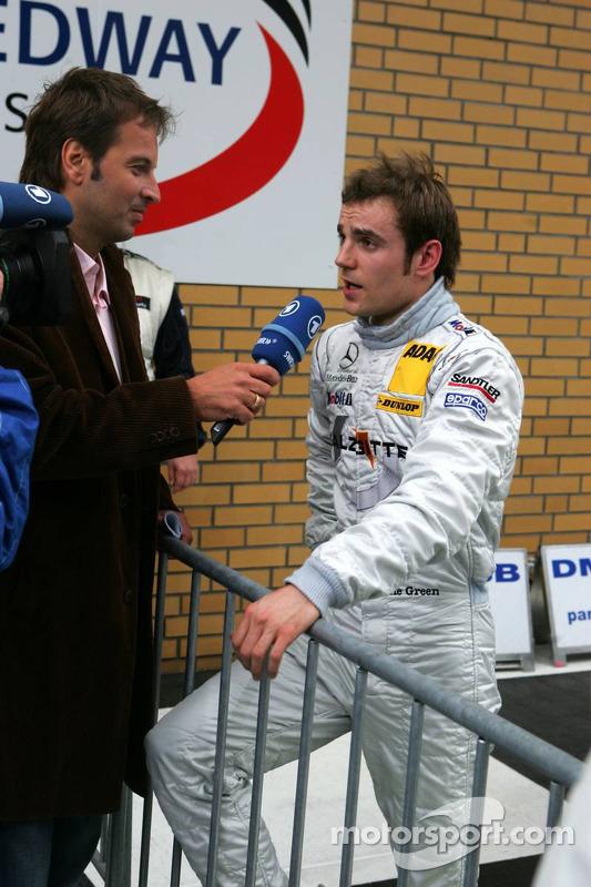 Jamie Green donne une interview pour la télévision après sa pole position